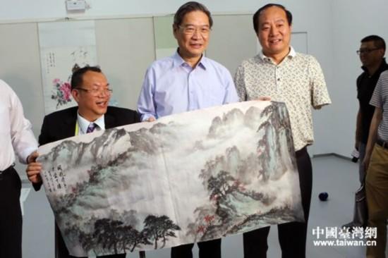 台湾残障书画家陈土金(左一)和大陆口书艺术家李墨奇将共同完成的书画作品