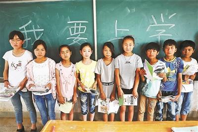 鴉嶺鄉五中已經沒有老師,但部分學生仍然待在教室不願離去 供圖/CFP