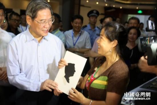 自安徽的刘晓川现场剪纸赠送给中共中央台办、国务院台办主任张志军。