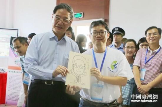 台湾听障人士朱建安现场速画肖像送给中共中央台办、国务院台办主任张志军。