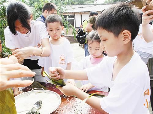 包粽子做农活 城里娃下乡体验传统民俗