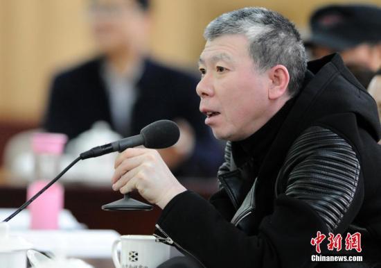 冯小刚不满航空服务发飙与工作人员长时间争执