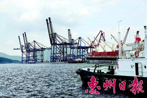 惠州港的装卸设施。