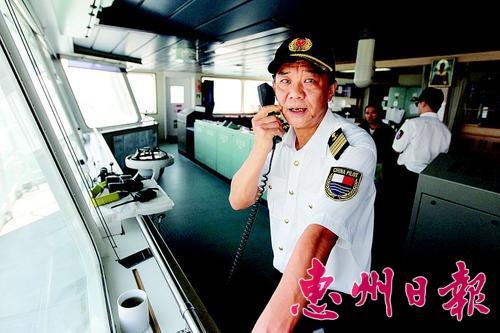 叶岳彪从事引航员工作已有23年。本报记者李松权 摄