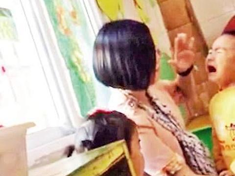 幼儿园老师脱孩子裤子拍打回应称安慰孩子哭闹