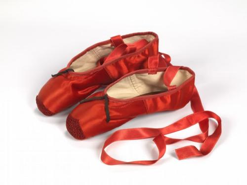 图为中国的三寸金莲鞋。