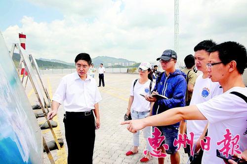 工作人员介绍惠州港情况。