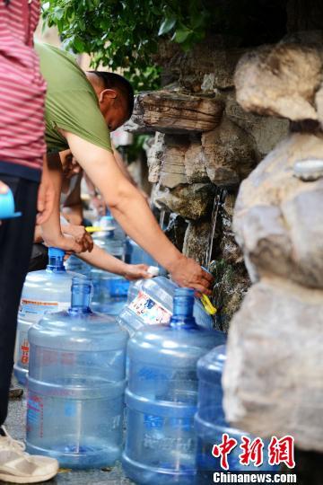 济南七十二名泉之一的黑虎泉14日出现停喷,图为市民在黑虎泉旁的取水点接水。 郎春祥摄