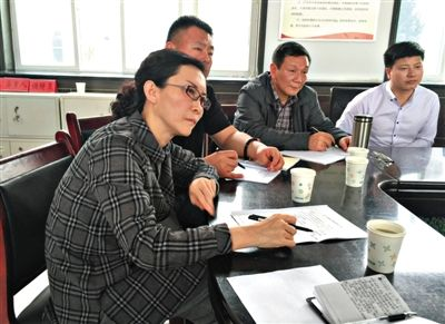 5月14日,张红健(左一)参与会见信访人。