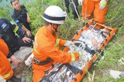50多岁女驴友坠入山崖 救援人员历时9小时救出