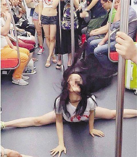 妙龄女地铁车厢秀钢管舞网友:姑娘请自重(图)