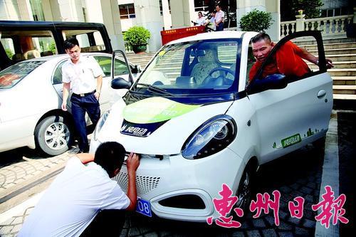 試駕新能源汽車。