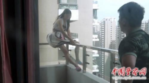 女子欲从29层跳楼轻生 消防战士30楼飞身救人