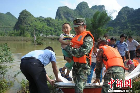 广西马山多个村屯遭洪水围困成孤岛武警救援