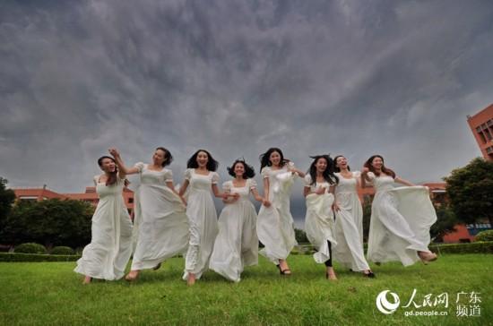 人民网广州6月14日电 6月是大学生毕业季,在即将告别之时,身在广州的大四学生纷纷用影像记录下对母校的点滴感情。6月13日,一群来自华南理工大学艺术学院2011级舞蹈系的毕业生,发挥自己的才华与创意,展现多年练习舞蹈的扎实功底,秀出婀娜妖娆的身姿,向自己的母校深情告别,向自己的青葱岁月献礼。袁永林 摄
