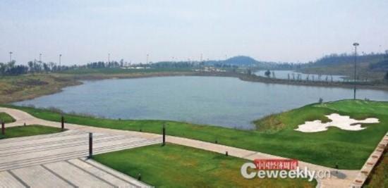 p34曾经的粉煤灰沉淀池已变成高尔夫球场内的8 个景观湖《中国经济周刊》记者 韩文I