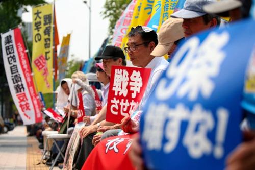 数百日本民众烈日下静坐抗议政府安保法案(图)