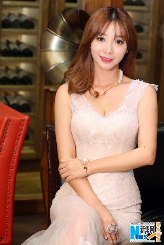 柳岩亮相温柔甜笑 蕾丝深V白裙凸显好身材