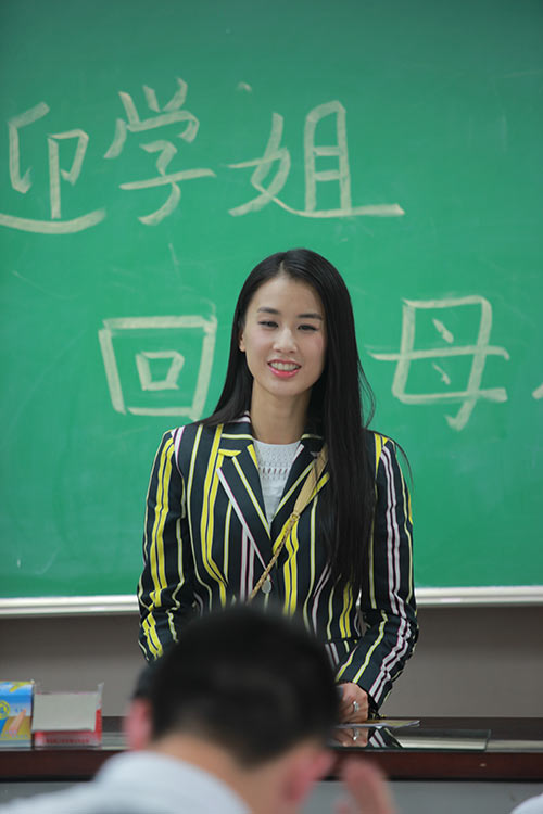 黄圣依穿校服现身综艺活动 面对恩师眼泛泪光/图【5】