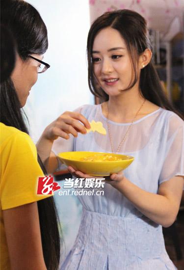 """赵丽颖现场喂""""粉丝""""吃饼干。"""