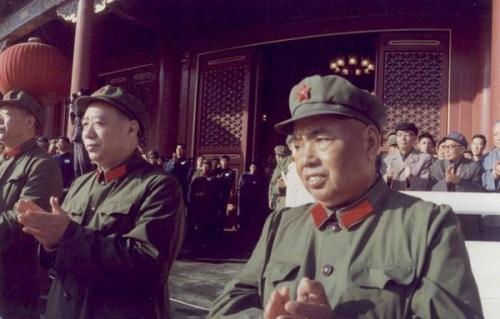 资料图:1976年11月,汪东兴与许世友在天安门城楼。
