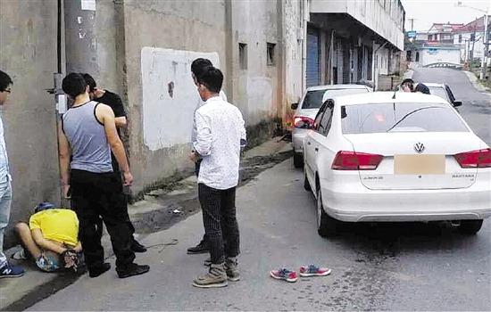 嫌犯开车猛撞警车被神枪手一枪爆胎三犯全落网