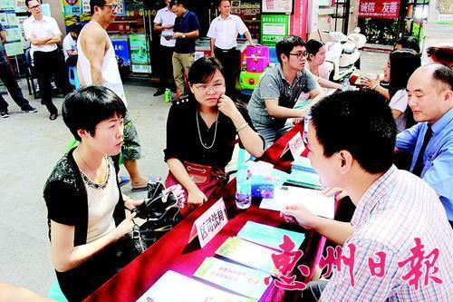 """惠城區將完善""""社區黨員責任崗""""工作措施,將其打造成為省級乃至國家級黨建品牌。這是河南岸街道上崗黨員在接受群眾咨詢。"""