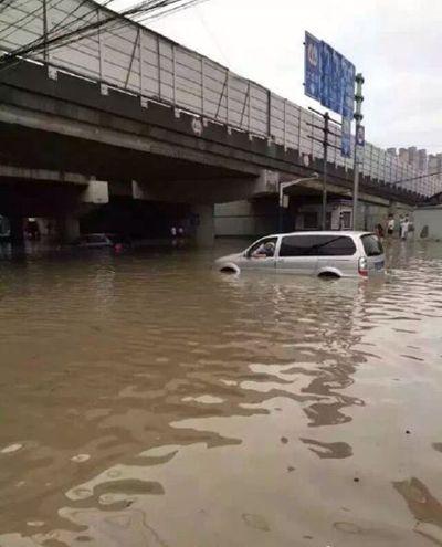 """上海开启""""看海模式"""" 连夜暴雨致严重积水"""