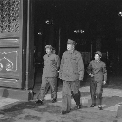 1966年9月15日,毛澤東第三次接見紅衛兵。圖為毛澤東與汪東興、護士吳旭君在天安門城樓上。