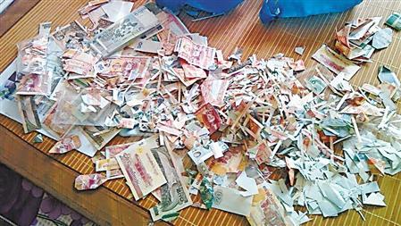 剪千张外币拼出一幅画 创作用外币价值万元