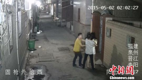 晋江两男子酒后找乐子烤串竹签当刀抢劫独行女