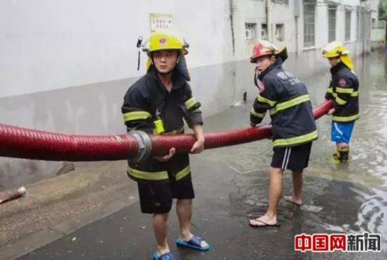 常州普降暴雨 消防战士救灾在水里泡了近20个小时
