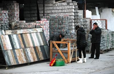 1月13日,面临腾退的西直河石材市场内,一位工作人员在装卸石材。新京报记者 薛�B 摄