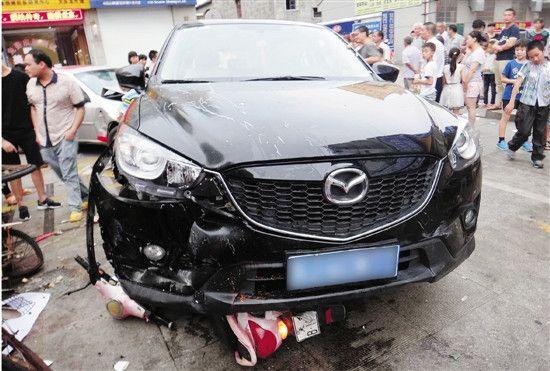 女司机被高跟鞋卡住油门当刹车校门口连撞六人