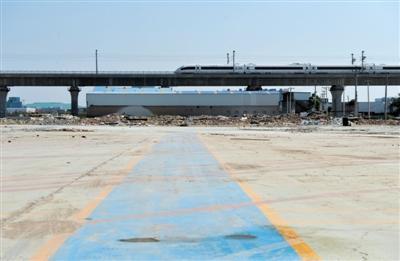 5月15日,西直河石材市场大多数商铺和厂房已被拆除,腾出的大片空地将主要用于绿化。新京报记者 吴江 摄
