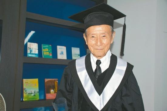 """85岁老人读完大学72年后圆父母""""完成学业梦"""""""