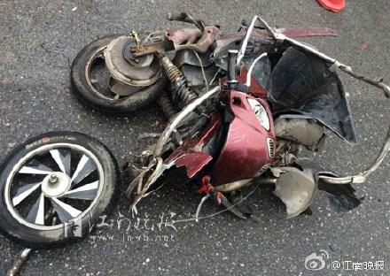 江苏无锡一小汽车失控撞死5人10多人受伤(图)