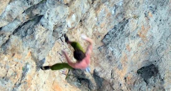 攀岩需谨慎!英男子攀岩时跌落悬崖致多处骨折