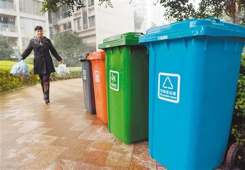 居民按照垃圾分类原则,将不同垃圾放在不同颜色和图标的垃圾桶内.