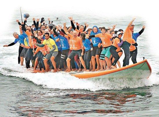 66名冲浪高手共登巨型冲浪板冲浪创世界纪录(图)