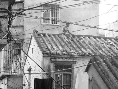 吸毒产生幻觉 中年男子爬上屋顶欲跳下