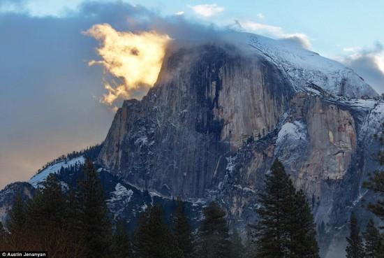 """美国约塞米蒂国家公园现""""山顶大火""""奇观"""
