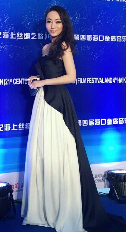 索妮简约露肩礼服亮相 彰显环保时尚观