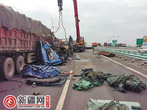 """连霍高速路两货车追尾 钢材石料""""硬碰硬""""交通中断10小时"""