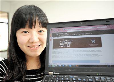 18日,杨斯涵打开电脑看她被美国哈佛大学录取的通知。
