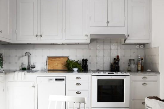 北欧风格的厨房装修设计,整体上非常简洁,乍一看其实没什么惊喜,这里分享的小户型厨房装修效果图中,大多数都选择了白色的橱柜,不过各种瓷砖的搭配倒是颇有看头。   所有的厨房装修效果图只是给大家提供参考,自家厨房的装修设计,一定要考虑到自己的使用习惯哦。