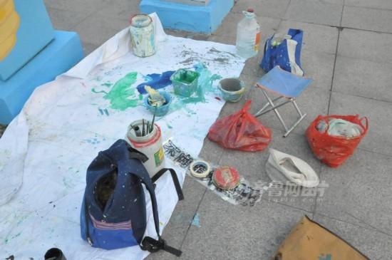 满了各种画笔和颜料.  摄 图片来源:齐鲁网 -90后艺术生街头作画