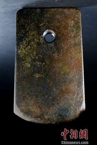 新石器时代玉斧,为史前重要文物,其光泽度、雕琢方法、圆孔对钻等均与台北故宫及大陆国博馆藏一级文物极相似。