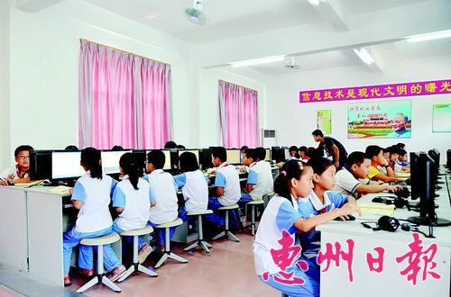 学生在电脑室上课。