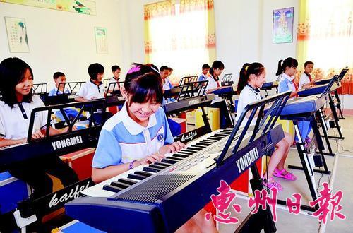 学生在音乐室学习电子琴图片